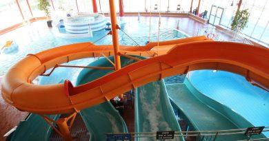 offene Riesenrutsche :: orangene Rutsche | Halmstad Arena Bad