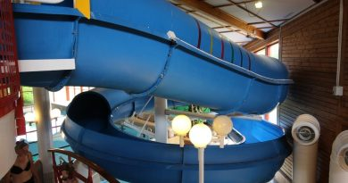 blaue Riesenrutsche :: offene Rutsche mit Tunnel | Familjebadet Sävsjö