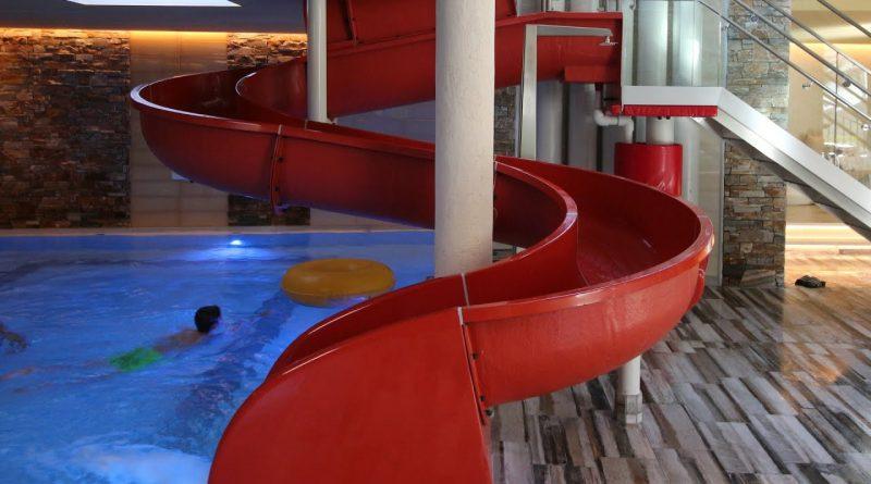 rote Kinder-Rutsche :: offene Rutsche | Hotel Alpenrose Maurach