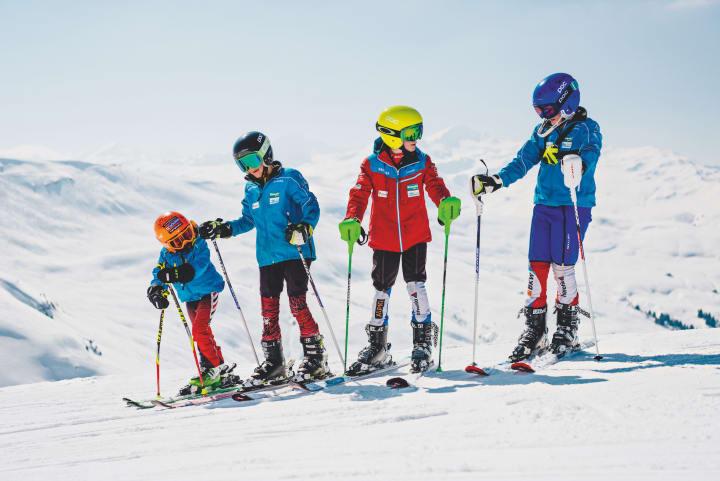 Kleine Skifahrer auf den Pisten - Bild © Schweiz Tourismus / Fotograf Silvano Zeitler