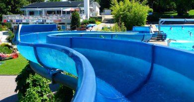 offene Freibadrutsche :: blaue Riesenrutsche | Wartbergbad Pforzheim