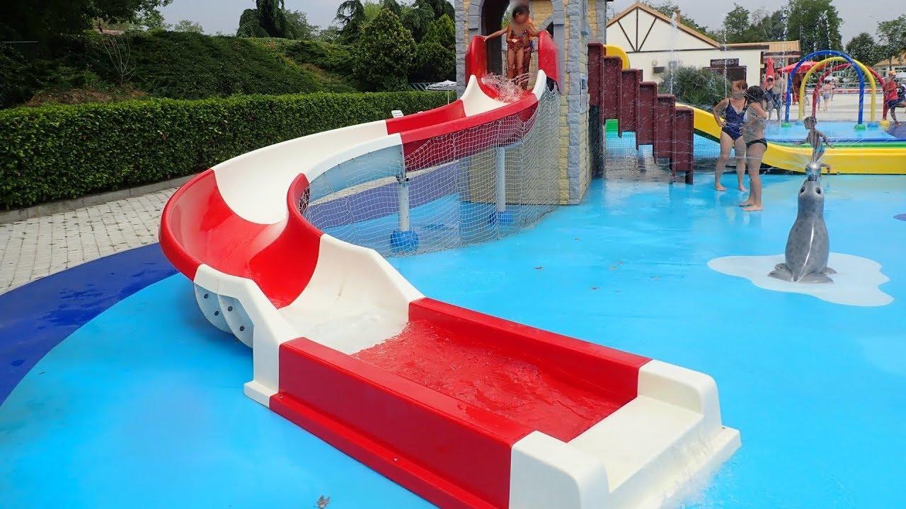 weiß-rote Kinderrutsche :: offene Riesenrutsche | Acquatica Park Mailand
